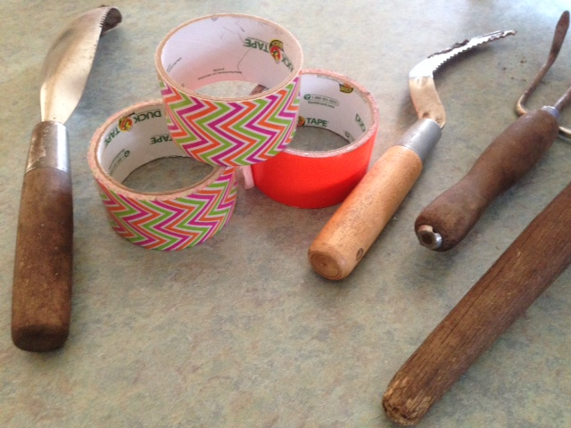How to make easy to spot garden tools with duck tape